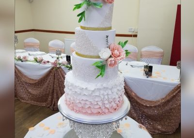Wedding Cake with 4 tiers and pink / white flowers bouquets